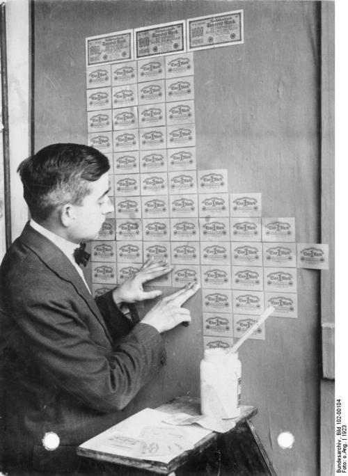 Inflation, Tapezieren mit Geldscheinen