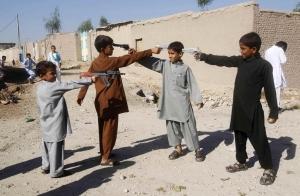 Ragazzi afgani con pistole giocattolo, il primo giorno di Eid al-Adha nel mese di ottobre.