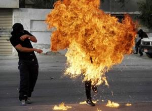 Un manifestante anti-governo del Bahrein è inghiottito dalle fiamme dopo un colpo sparato dalla polizia antisommossa che ha colpito la molotof  tenuta in mano dal manifestante.