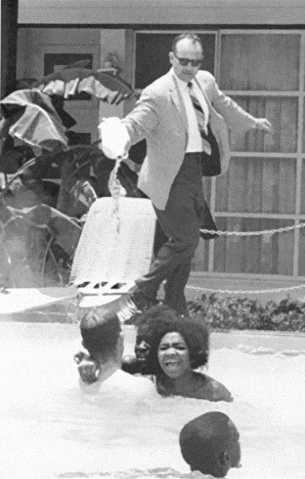 Proprietario di un albergo getta acido in piscina dove nuotano persone di colore, 1964