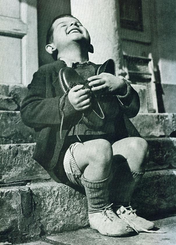 Bambino austriaco riceve scarpe nuove durante la Seconda Guerra Mondiale