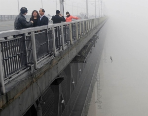 Un giovane uomo che salta dal ponte sul fiume Yangtze a Wuhan, in Cina, pochi minuti dopo un'altro suicidio.