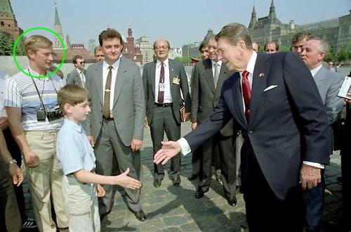 Agente del KGB Vladimir Putin in posa come un membro della famiglia durante la visita di Reagan in Russia 1988