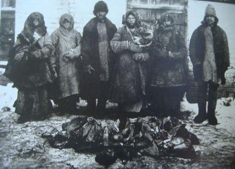 ( Contadini russi con i resti degli esseri umani cannibalizzati – 1921)