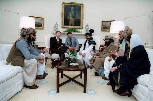 Ronald Reagan si siede con i membri del Mujahideen, Casa Bianca, 1983