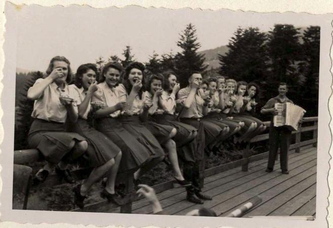 KZ-Offiziere im Liegestuhl: US-Museum zeigt Auschwitz-Fotos