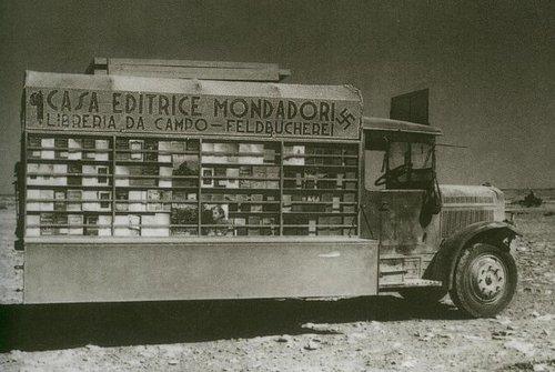 Una biblioteca di campo per le truppe italiane e tedesche, Nord Africa, ca 1940