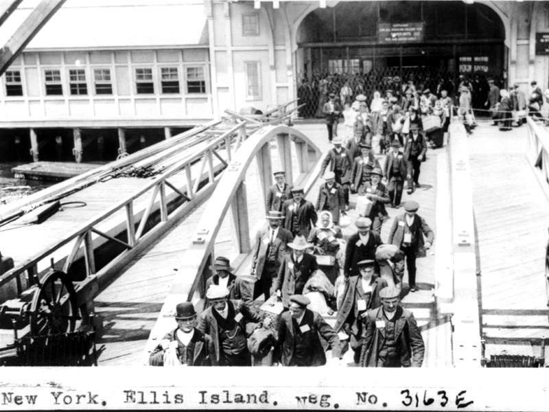 Cento anni fa record di immigrati a New York. Immigrati europei appena sbarcati a Ellis Island ai primi del '900