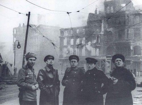 Corrispondenti di guerra sovietici a Berlino, con una scorta armata rossa. L'uomo indossa gli occhiali, al centro, è uno scrittore di fama Vasilij Grossman.