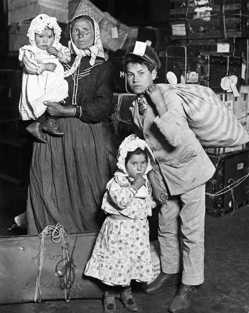 Immigrati italiani arrivo a Ellis Island, New York, 1905 - Lewis Hine