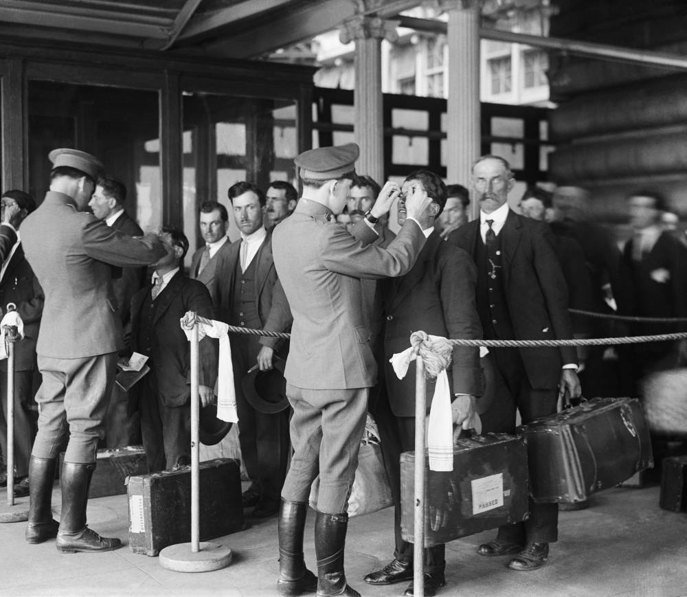 Ispezione sanitaria per i nuovi immigrati, Ellis Island, New York, 1920
