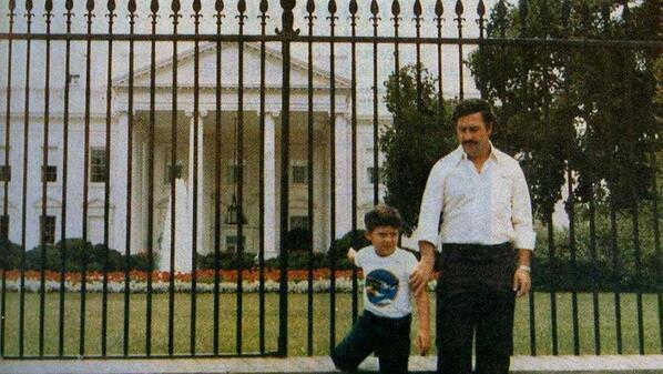 Notorious signore della droga Pablo Escobar e suo figlio di fronte alla Casa Bianca. Washington, 1980