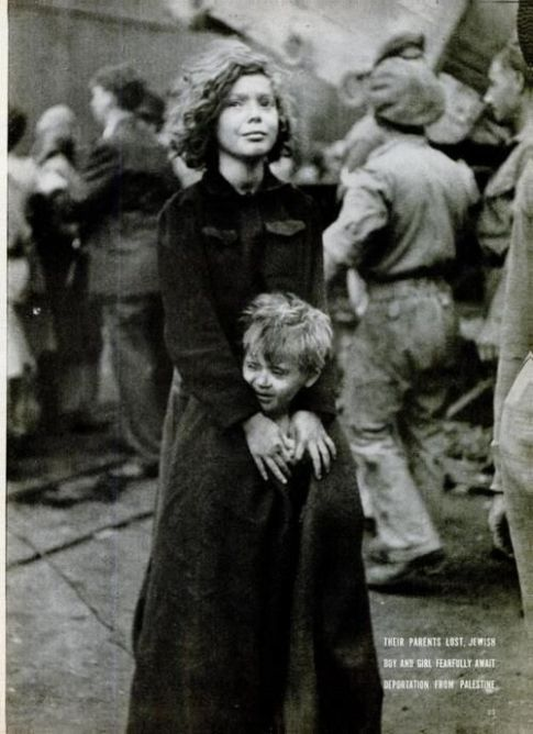 Fratello e sorella ebrei in attesa di deportazione dalla Palestina, dicembre 1946.