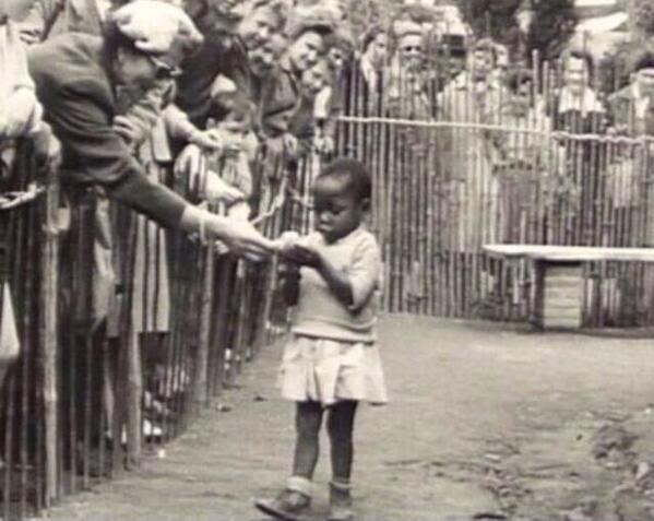 Bambina africana in uno zoo umano, Belgio 1958.