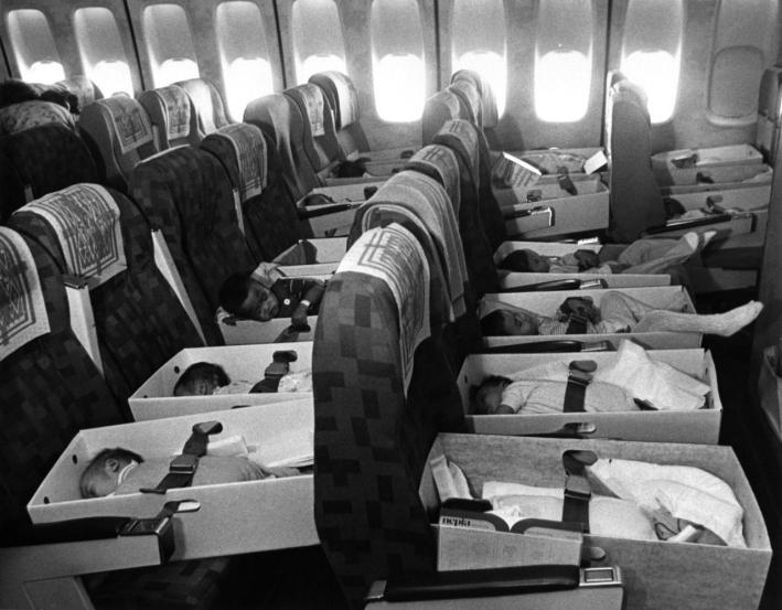 Bambini orfani del Vietnam trasferiti negli Stati Uniti. 12 aprile 1975.