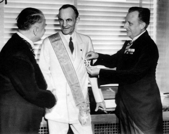 Henry Ford riceve la Gran Croce dell'Aquila tedesca da ufficiali nazisti, 1938