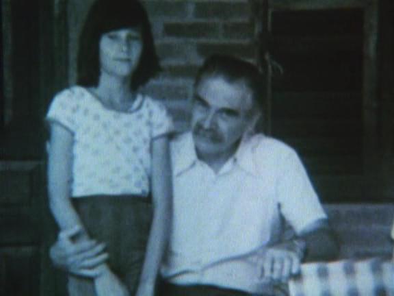 Una rara foto di Mengele in Brasile, con la figlia della famiglia che lo ospitava