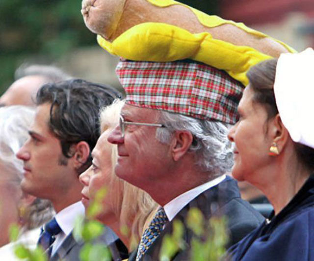 hilarious_photos_of_the_swedish_king_wearing_absurd_hats_640_01