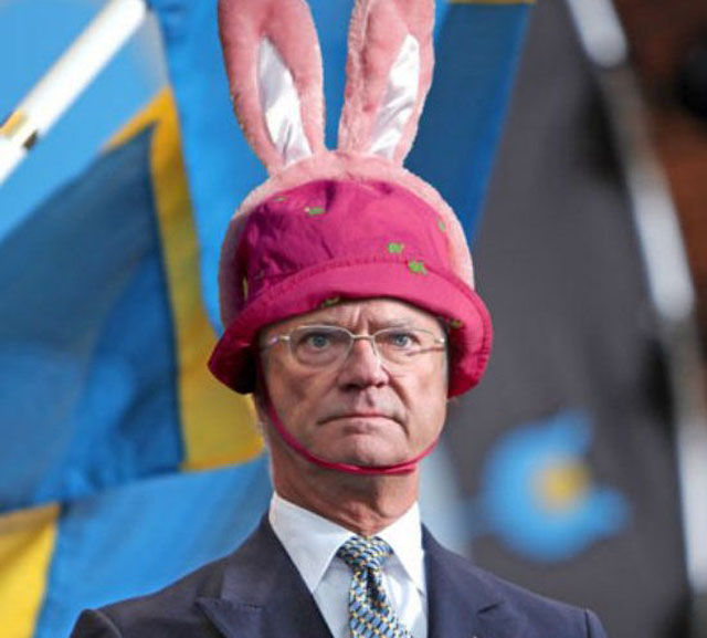 hilarious_photos_of_the_swedish_king_wearing_absurd_hats_640_03