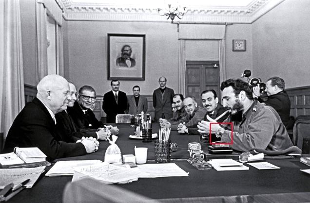1967. Castro indossa due orologi Rolex in un incontro con Krusciov