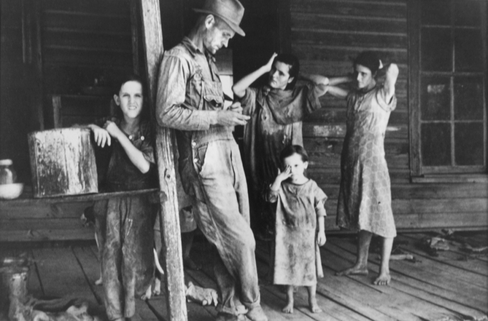 Walker-Evans-4-Floyd-Burroughs-and-his-children-–-Tengle-Alabama-1936