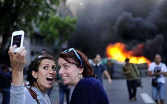 bad-timing-selfies-21