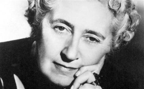 Agatha Christie era solita mangiare mele nella vasca da bagno, ideando nuovi omicidi per i suoi romanzi. la grande giallista non sapeva cosa fosse una scrivania. Non ha mai avuto un ufficio, e Assassinio sull'Orient Express, per esempio, lo scrisse in una camera d'albergo. Ma in realtà scriveva ovunque le venisse voglia: in cucina, in camera da letto, in viaggio.