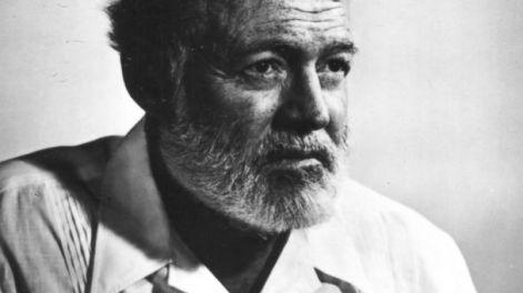 Ernst Hemingway amava svegliarsi al mattino presto. Si svegliava verso le 5 e mezzo anche se la sera prima aveva bevuto qualche bicchiere di troppo, cosa che accadeva spesso. Amava collocare la sua macchina da scrivere su di un leggio in modo che gli arrivasse all'altezza del petto e dattilografava in piedi.