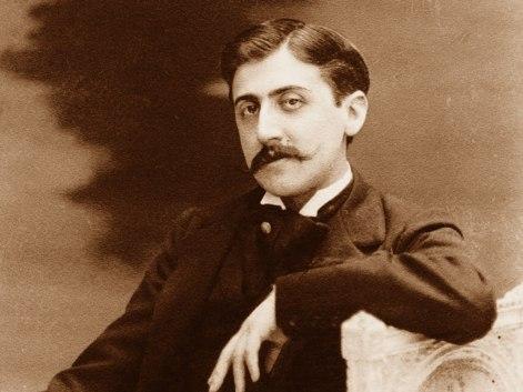 Marcel Proust  contrariamente a Hemingway, era un amante del dolce dormire. Forse anche a causa della grave forma di asma di cui soffriva, si svegliava tra le tre e le sei di pomeriggio. Oppio per curare la mancanza di fiato, caffè e croissant era la sua ricetta quotidiana.Fece foderare di sughero le pareti di una camera in Boulevard Haussmann per essere isolato dai rumori e concentrarsi meglio. In tutta la giornata beveva solo due tazze di caffè-latte e mangiava solamente due croissant, anche se a volte si concedeva cene da re nei ristoranti della città. Faceva uso di oppio e consumava tavolette di caffeina per svegliarsi e sonniferi per dormire