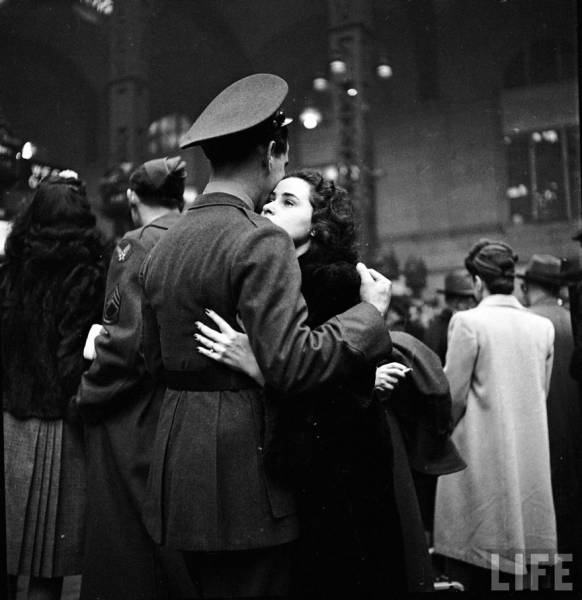 vintage_black_and_white_photos_about_love_during_wartime_640_05