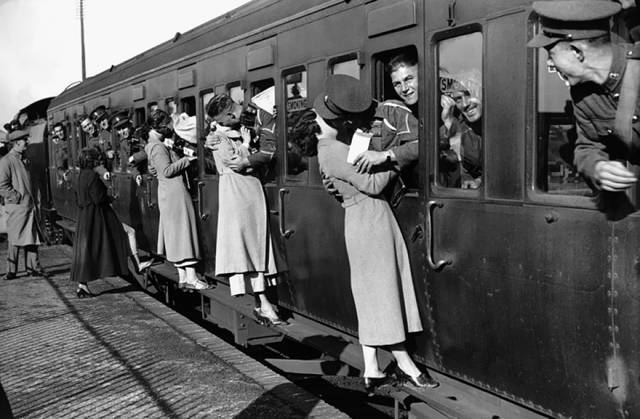 vintage_black_and_white_photos_about_love_during_wartime_640_11 - Copia