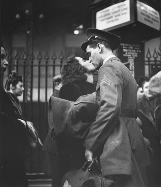 vintage_black_and_white_photos_about_love_during_wartime_640_25