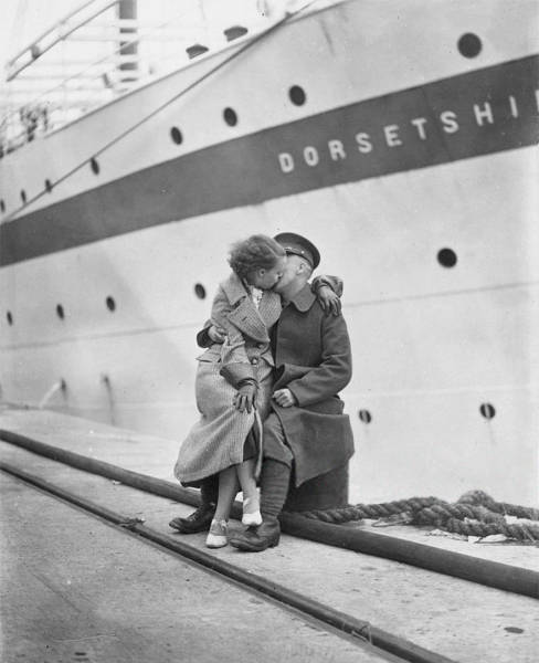 vintage_black_and_white_photos_about_love_during_wartime_640_29